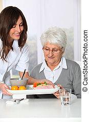 gyönyörű woman, öreg, gondozás, tálca, otthon, ápoló, meghoz, étkezés