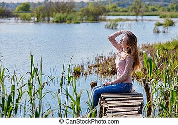 gyönyörű woman, ülés, fából való, folyó, móló