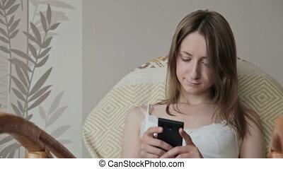 gyönyörű woman, ülés, fiatal, telefon., furfangos