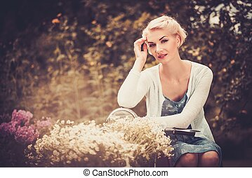 gyönyörű woman, ülés, retro, szőke, hajcsavaró