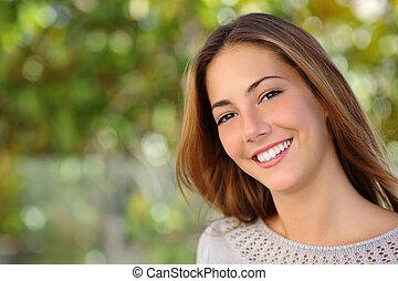 gyönyörű woman, arcápolás, noha, egy, teljes, fehér, mosoly