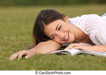 gyönyörű woman, dolgozat, könyv, felolvasás, fű, fekvő