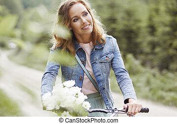 gyönyörű woman, elnyomott bicikli