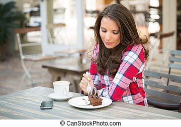 gyönyörű woman, eszik torta