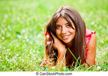 gyönyörű woman, fű, fekvő