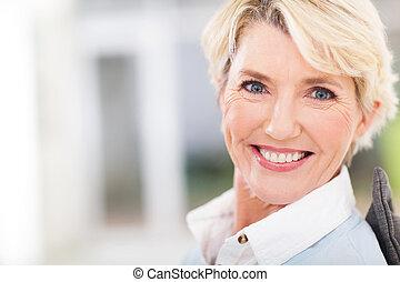 gyönyörű woman, feláll sűrű, portré, idősebb ember