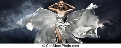 gyönyörű woman, feltevő, éjjel