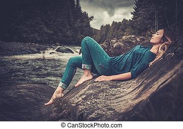 gyönyörű woman, feltevő, közel, vízesés, noha, hegy, erdő, képben látható, a, háttér.