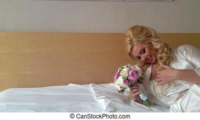 gyönyörű woman, fiatal, ágy, női fehérnemű, szőke