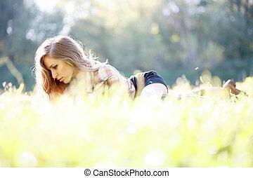 gyönyörű woman, fiatal, felolvasás, fű, fekvő