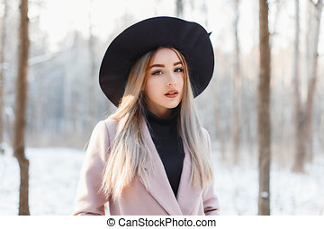 gyönyörű woman, képben látható, a, háttér, közül, egy, tél, erdő, noha, hó