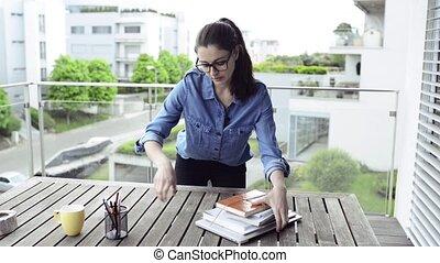 gyönyörű woman, képben látható, erkély, munka from, home.