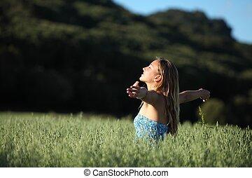 gyönyörű woman, kaszáló, lélegzés, zöld, boldog