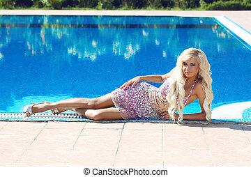 gyönyörű woman, mód, resort., hosszú, pazar, haj, hullámos, szőke, ruha, formál