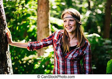 gyönyörű woman, mosolygós, alatt, erdő
