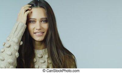 gyönyörű woman, neki, fiatal, haj, cirógató