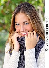 gyönyörű woman, noha, egy, fehér, teljes, mosoly, alatt, tél