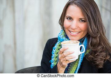 gyönyörű woman, részeg kávécserje