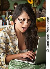 gyönyörű woman, számítógép, latina, döbbent