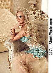 gyönyörű woman, szőke, hosszú, pazar, haj, menyasszony, hullámos, feltevő, meglehetősen öltözködik
