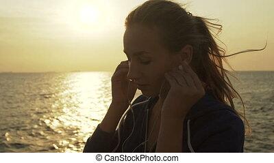 gyönyörű woman, zene, sea., kihallgatás