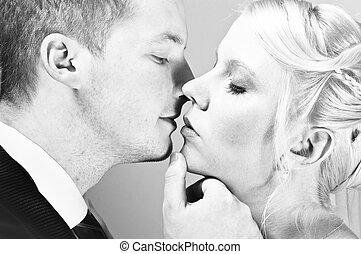 gyönyörű, young párosít, csókolózás, alatt, fekete-fehér