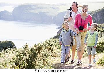 gyalogló, birtok, család, cliffside, kézbesít, út, mosolygós