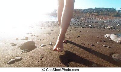 gyalogló, fekete, lábak, 4k, női, óceán, video, tengerpart, ...