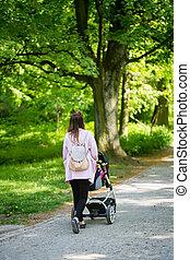 gyalogló, liget, anya, csecsemő sport babakocsi, boldog