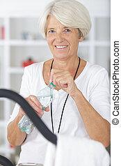 gyalogló, nő, öregedő, fizikoterápia, taposómalom, közben, boldog