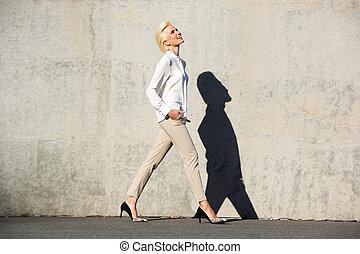 gyalogló, nő, fiatal, jókedvű, kívül, portré, lejtő