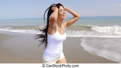 gyalogló, nő, haj, szeles, kézbesít, tengerpart