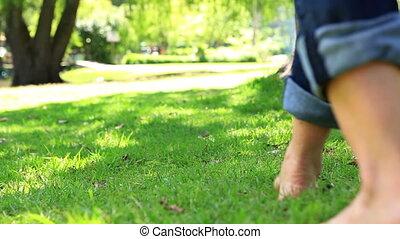 gyalogló, nő, mezítláb, fű