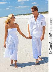 gyalogló, nő, párosít hatalom kezezés, ember, tengerpart, boldog