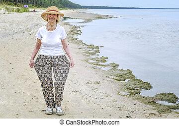 gyalogló, nő, tenger, öregedő, boldog