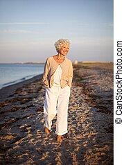 gyalogló, nő, tengerpart, idősebb ember