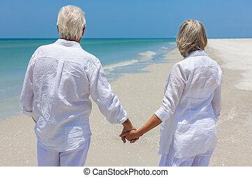 gyalogló, párosít, tropikus, hatalom kezezés, idősebb ember, tengerpart, boldog