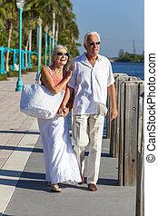 gyalogló, párosít, tropikus, tenger, idősebb ember, folyó, vagy, boldog