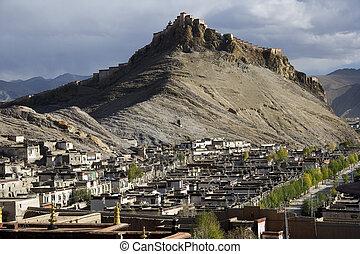 Gyantsie Fort & the town of Gyantse in Tibet - Gyantsie Fort...