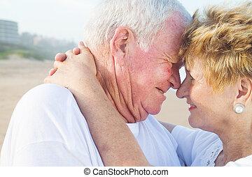 gyengéd, idősebb ember, tengerpart, párosít