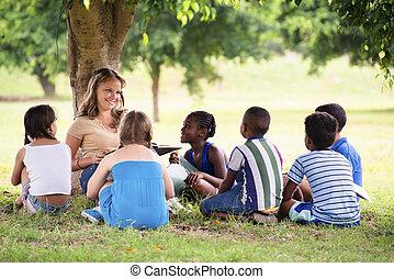 gyerekek, és, oktatás, tanár, olvasókönyv, fordíts, fiatal,...