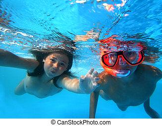 gyerekek, úszik vízalatti