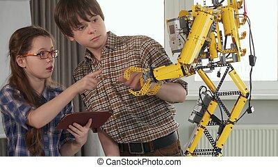 gyerekek, ellenőriz, a, apró robot
