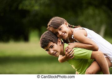 gyerekek, fiú lány, szerelemben, futás, háton, liget