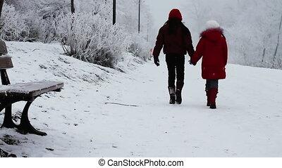 gyerekek, gyalogló, alatt, hó
