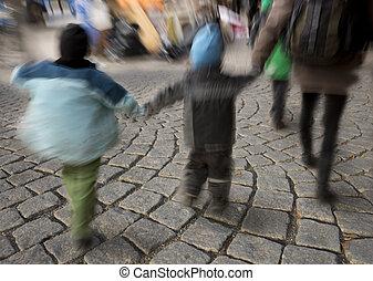 gyerekek, gyalogló, képben látható, utcakő, csiszol