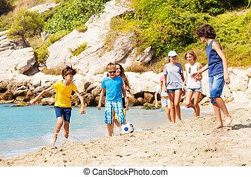 gyerekek, játék, focilabda, képben látható, a, tenger, tengerpart