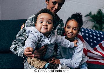 gyerekek, noha, anya, alatt, katonai egyenruha