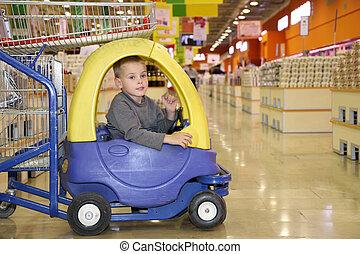 gyermek, alatt, a, apró autó, alatt, a, élelmiszer áruház