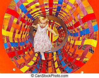 gyermek, alatt, egy, útvesztő, játszótér